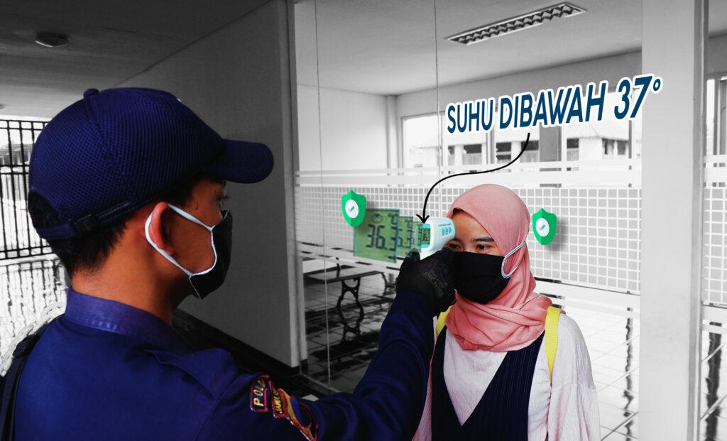 Petugas Melakukan Pengecekan Suhu Badan Kepada Pengunjung